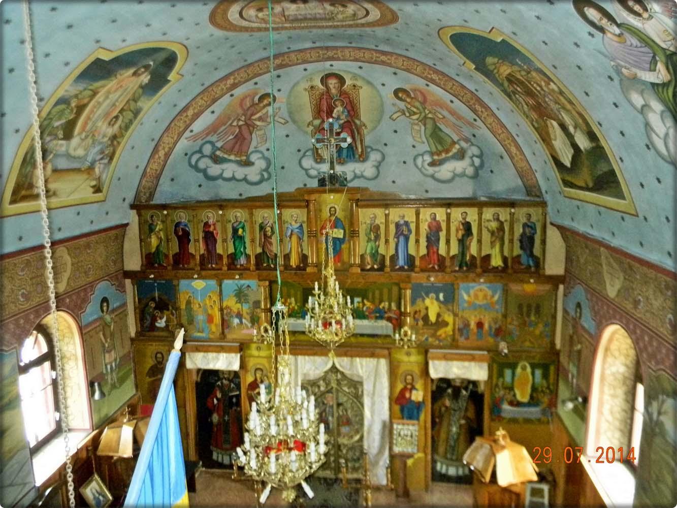vedere de sus a interiorului bisericii